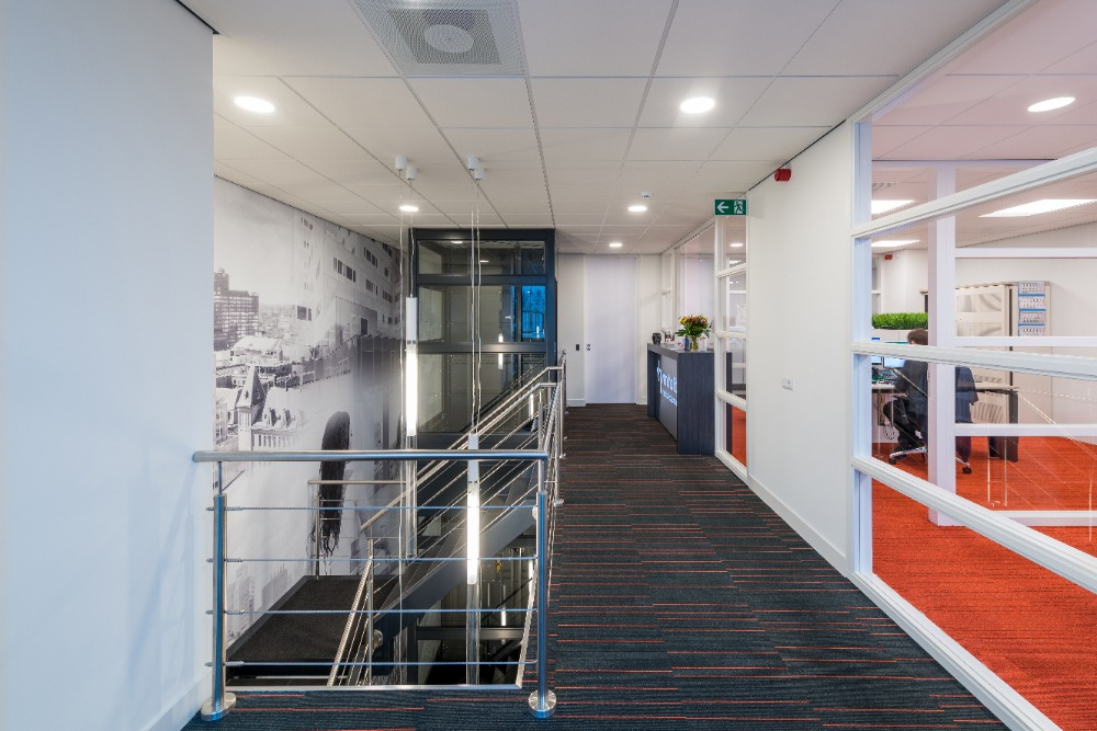 Sfeerwand en glasfolie open kantoorruimte en trappenhuis