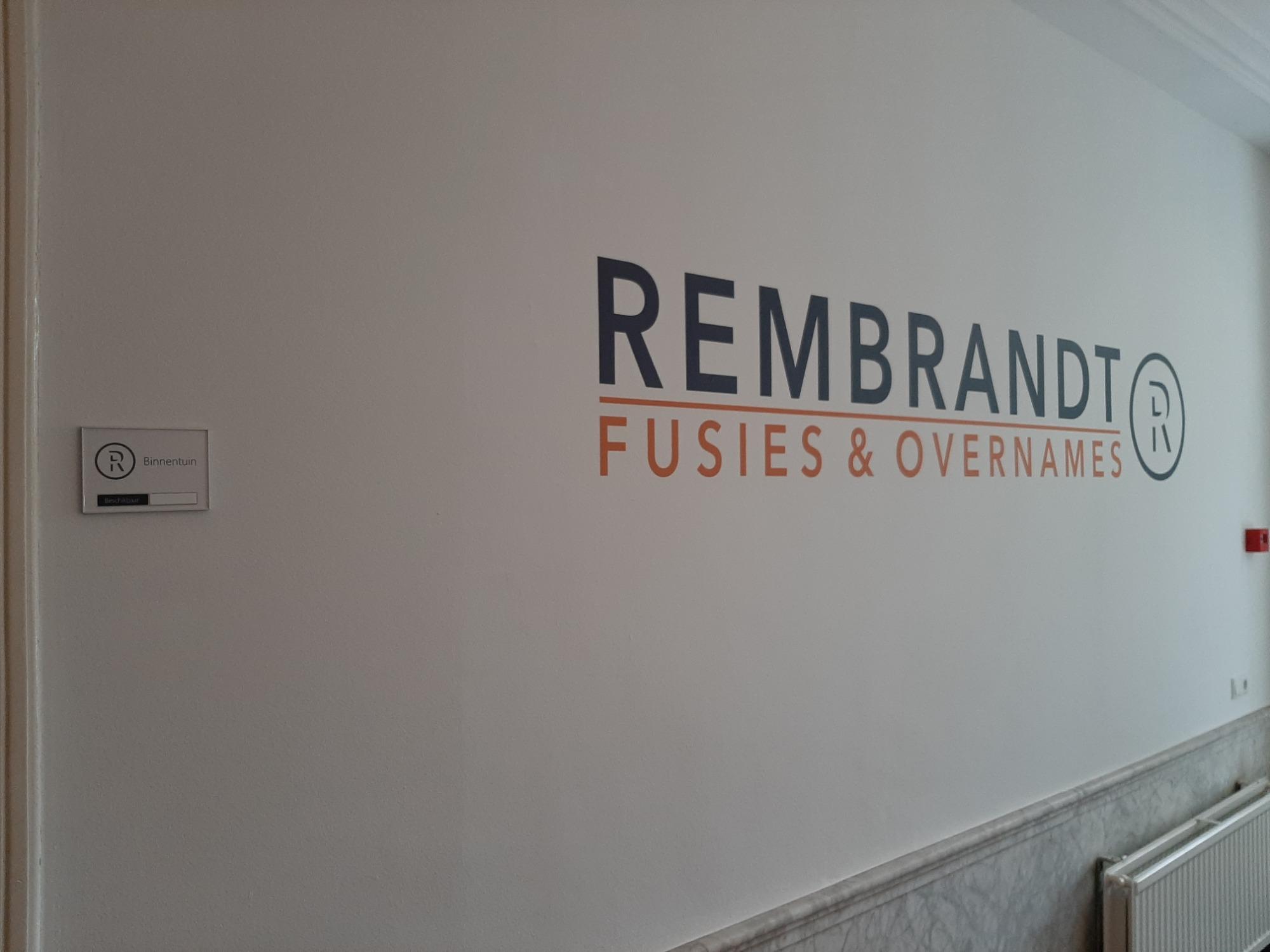 Logo Rembrandt op wand aangebracht