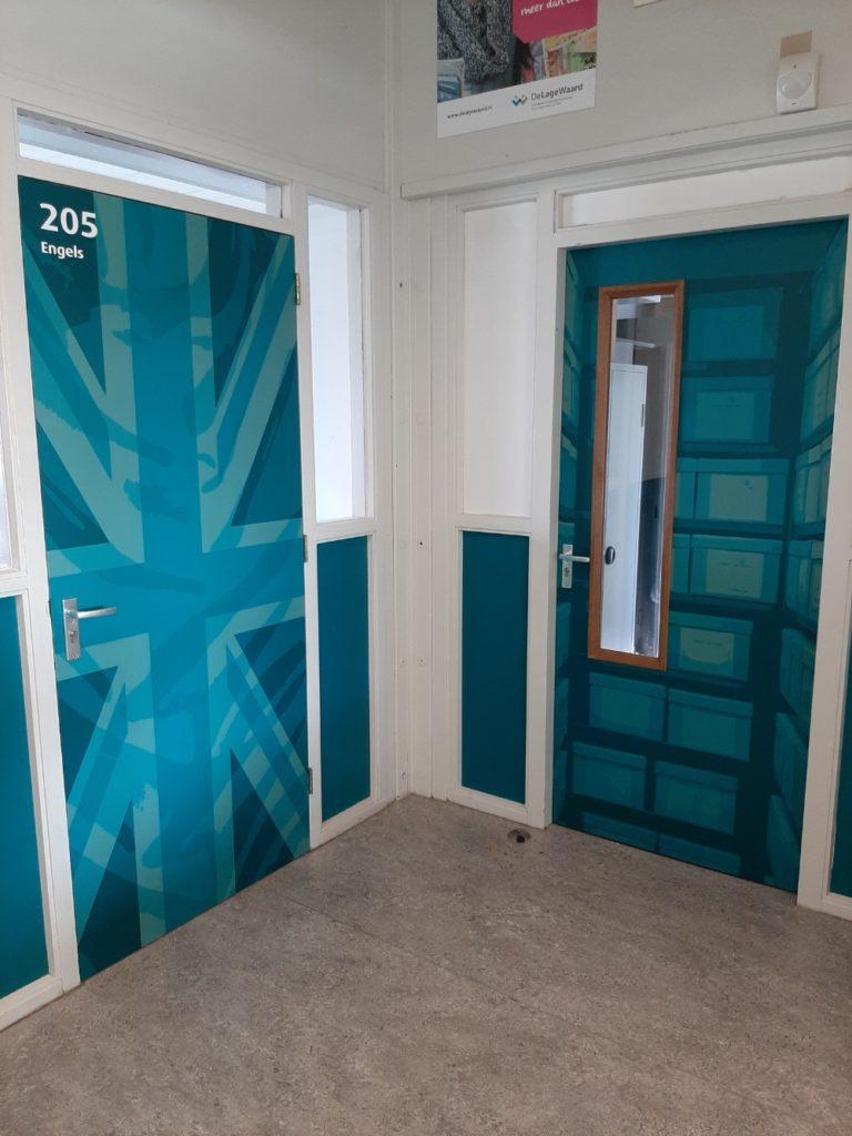 Blauw bestickerde deuren