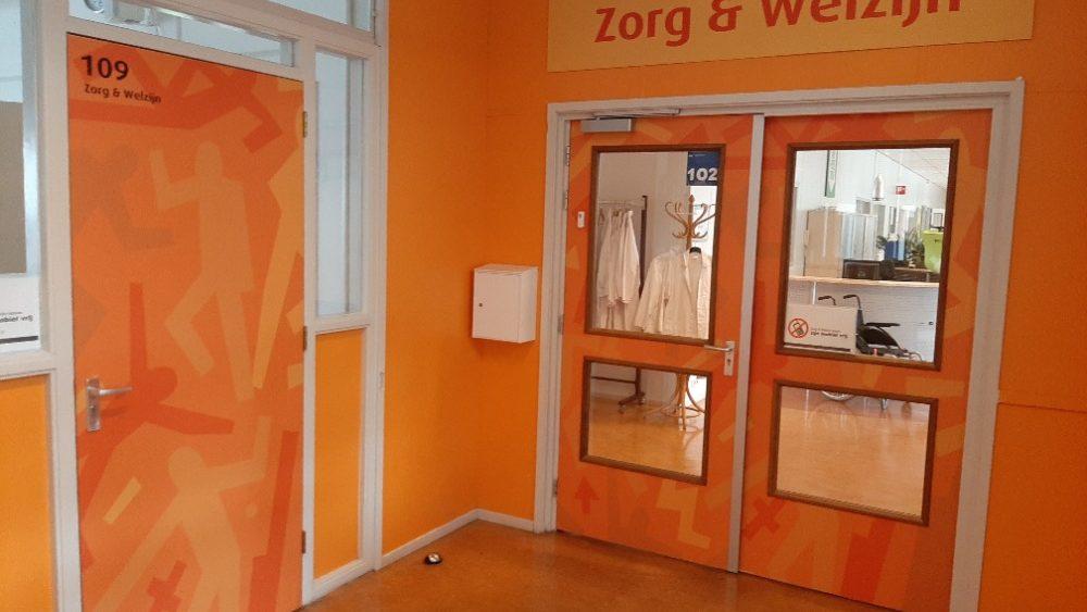 Oranje bestickerde klapdeuren en muur