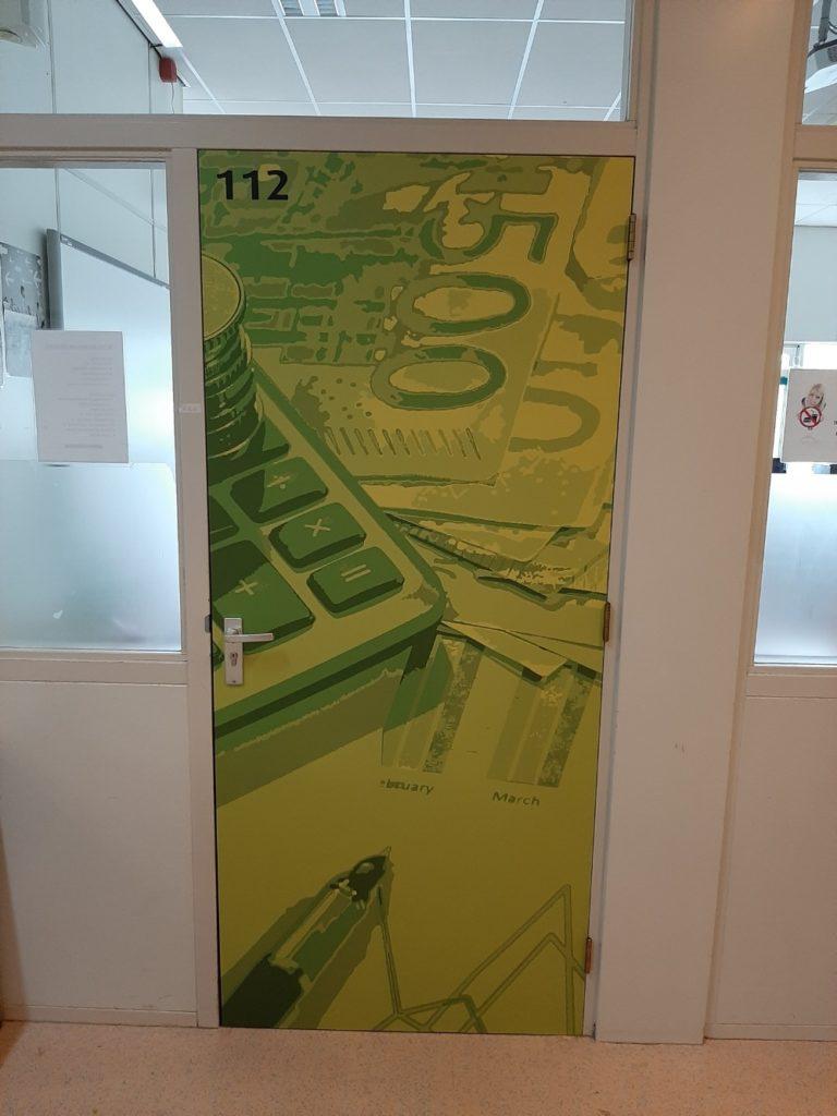 Groen bestickerde deuren