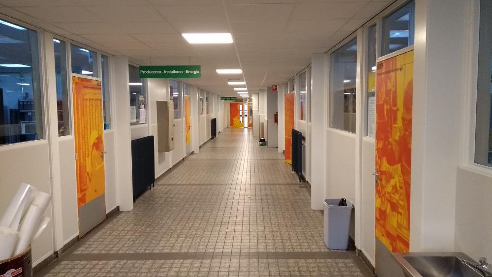 Hal met oranje bestickerde deuren