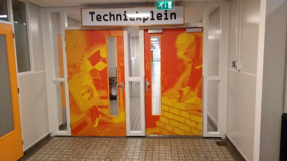 Oranje bestickerde deuren