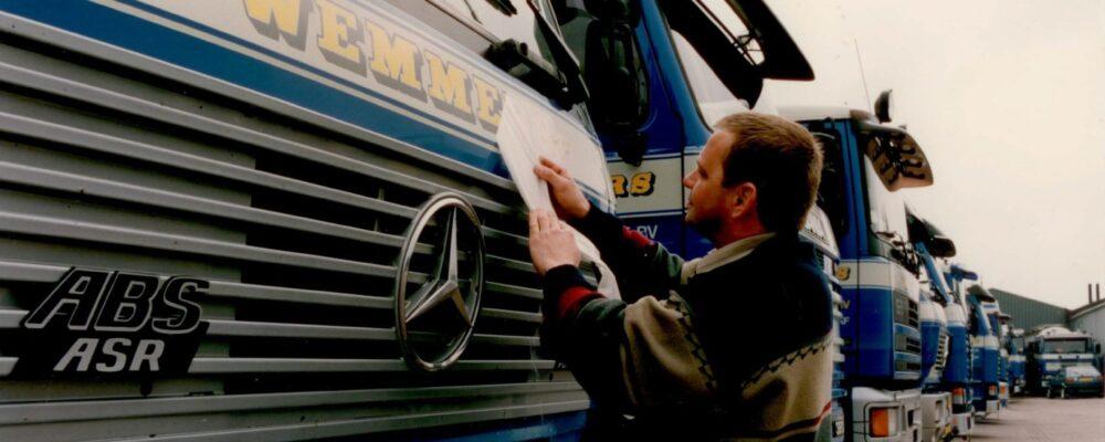 Adrie Korteland bestickert Wemmers vrachtwagen in 1995