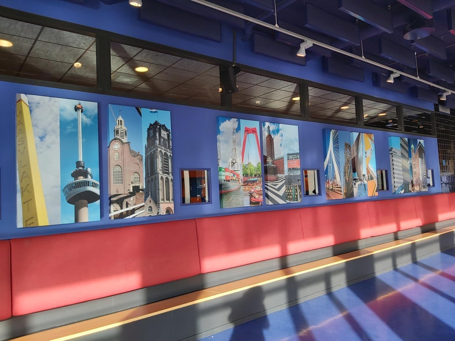 Korteland Visuals beelden van herkenbare gebouwen en steden op wand van Guido Bress College school