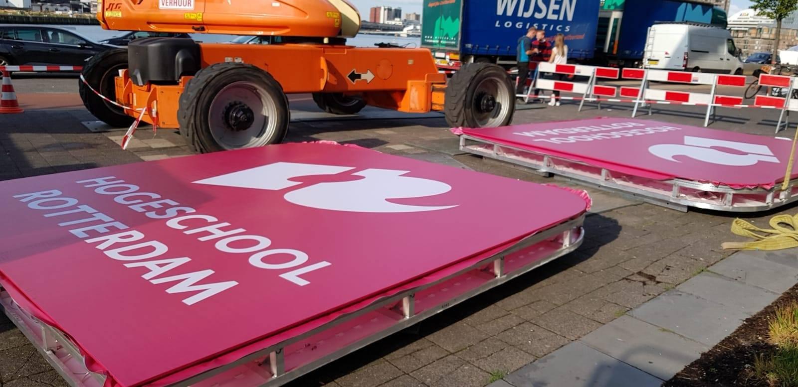 Koningin Maxima – Hogeschool Rotterdam – Korteland Reclame - gevelreclame - logo roze liggend