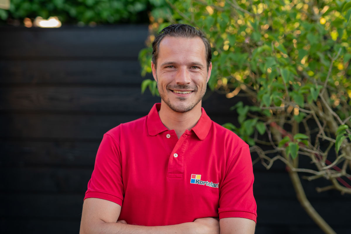 Korteland In- en Outdoor Signing - Mario van Ruitenburg - commercieel manager - rode bedrijfskleding