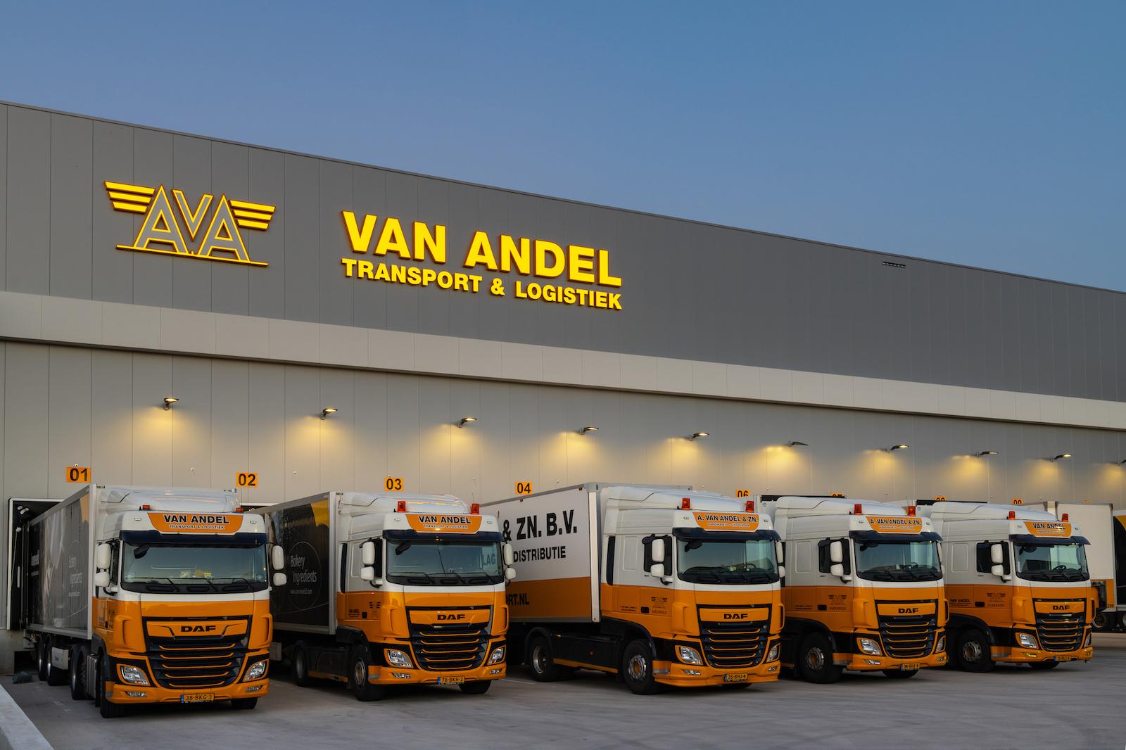 Korteland In- en Outdoor Signing Van Andel vrachtwagens chauffers lichtbaken thuiskomen