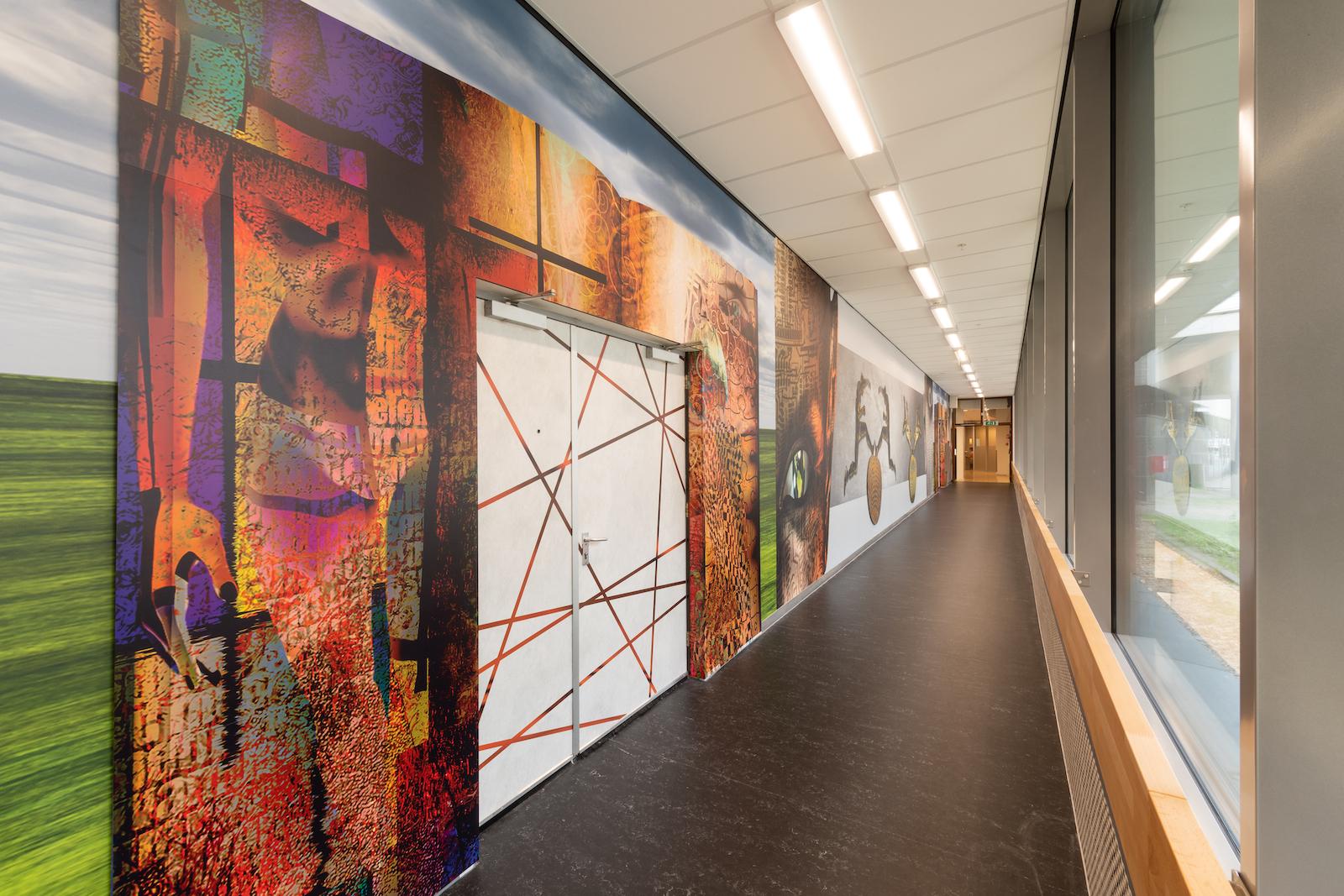 Wanden Hogeschool Rotterdam met naadloos behang en folie van Korteland